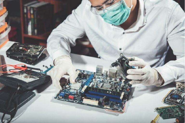 hombre reparando un ordenador en Sotronic