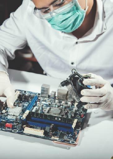 hombre reparando un ordenador en Sotronic versión mobile